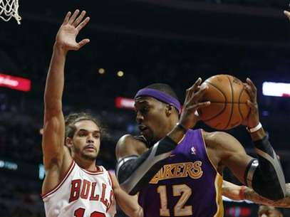 Chicago Bulls center Joakim Noah (13) defends against Los Angeles Lakers center Dwight Howard during the first half of their NBA basketball game in Chicago, Illinois January 21, 2013. Foto: Jeff Haynes / Reuters