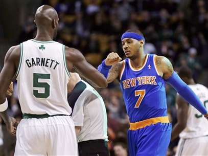 Kevin Garnett and Carmelo Anthony exchange pleasantries before the Knicks and Celtics play in Boston.  Foto: AP in English
