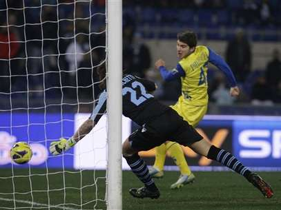 Alberto Paloschi scores the only goal of the game as Chievo defeated Lazio.  Foto: AP in English
