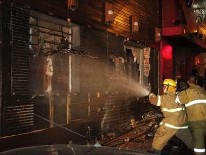 Incêndio causou tumulto no local. Fogo teria começado após um sinalizador ser aceso na boate Foto: Deivid Dutra / Agência Freelancer
