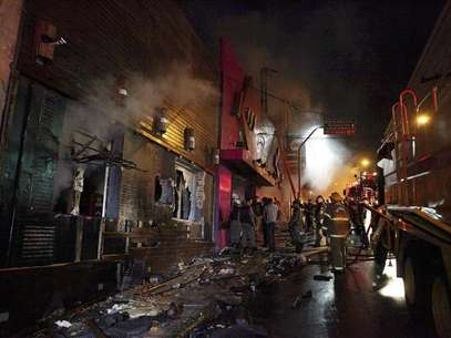 Fire-fighters try to extinguish a fire at Kiss nightclub in the southern city of Santa Maria, 187 miles (301 km) west of the state capital of Porto Alegre, in this picture taken by Agencia RBS, January 27, 2013. Foto: Germano Roratto / Reuters