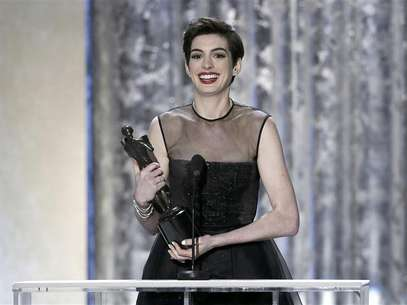 "Actress Anne Hathaway, from the film ""Les Miserables,"" accepts the award for outstanding female actor in a supporting role at the 19th annual Screen Actors Guild Awards in Los Angeles, California January 27, 2013. Foto: Lucy Nicholson / Reuters"