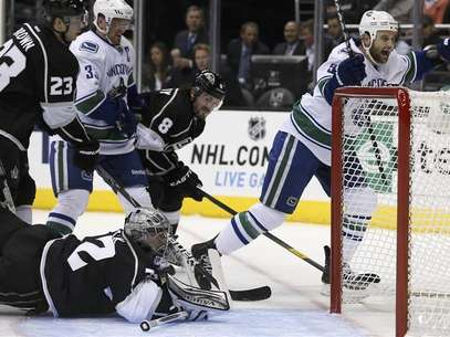 Vancouver Canucks' Zack Kassian (R) scores past Los Angeles Kings goaltender Jonathan Quick (bottom) during the first period of their NHL game in Los Angeles, California, January 28, 2013. Foto: Lucy Nicholson / Reuters