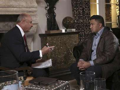Dr. Phil McGraw (L) interviews Ronaiah Tuiasosopo on the set of his show in this January 2013 handout photo obtained by Reuters January 30, 2013. Foto: CBS Television Distribution  / Reuters