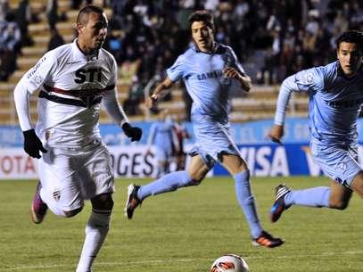 Luís Fabiano fez o primeiro gol do São Paulo em derrota para o Bolívar na primeira fase da Copa Libertadores; equipe paulista foi à fase de grupos Foto: AFP
