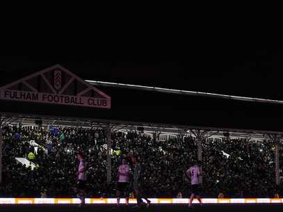 """Jogadores de Fulham e Manchester United caminham no Craven Cottage Stadium durante """"apagão""""  Foto: Getty Images"""