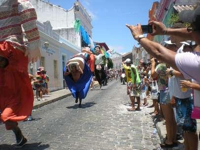A 8ª Corrida de Bonecos Gigantes de Olinda levou turistas, jornalistas, moradores e bonequeiros às ruas Foto: Celso Calheiros / Terra
