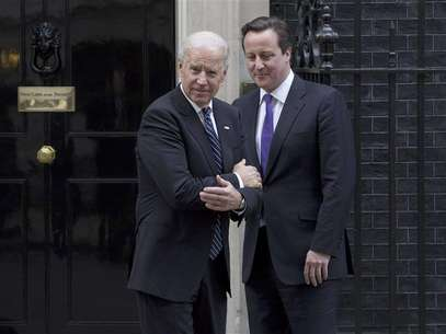 Britain's Prime Minister David Cameron (R) bids farewell to U.S. Vice President Joe Biden at Number 10 Downing Street in London February 5, 2013. Foto: Neil Hall / Reuters