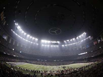 The Superdome is darkened during a power outage in the third quarter of the NFL Super Bowl XLVII football game in New Orleans, Louisiana, February 3, 2013. Foto: Jonathan Bachman / Reuters