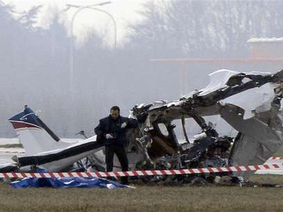 A police photographer inspects the scene of a tourist plane crash at Charleroi airport February 9, 2013. The small passenger plane crashed at Belgium's Charleroi airport on Saturday, killing five people and closing the international hub used by Ryanair and other low-cost carriers. Foto: Sebastien Pirlet / Reuters