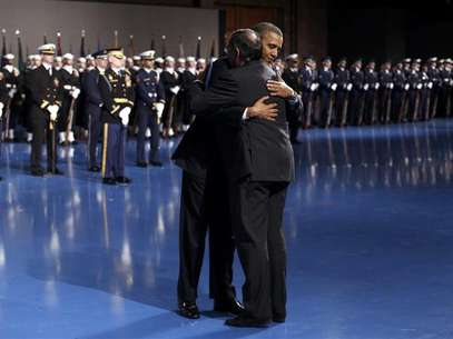 President Barack Obama hugs Defense Secretary Leon Panetta during the Armed Forces Farewell Tribute to Panetta at Joint Base Myer-Henderson in Washington February 8, 2013. Foto: Kevin Lamarque / Reuters