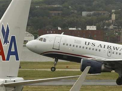 A US airways plane takes off behind an American Airlines jet at Ronald Reagan National Airport in Washington April 23, 2012. Foto: Kevin Lamarque / Reuters