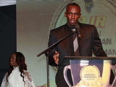Jamaican Olympic sprinter Usain Bolt (R) speaks as Shelly-Ann Fraser-Pryce looks on after they were presented with the National Sportsman and Sportswoman of the Year awards, at the 52nd annual award ceremony in Kingston, January 11, 2013. Picture taken January 11, 2013. Foto: Gilbert Bellamy / Reuters