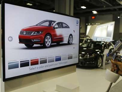 A unique Volkswagen consumer interactive display that allows potential buyers to spray paint different models in different colors is seen at the Washington Auto show February 6, 2013. Foto: Gary Cameron / Reuters