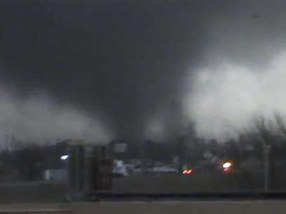 A tornado is pictured near Hattiesburg, Mississippi in this still image from a video shot by Rynal Grant February 10, 2013. The tornado, which touched down at approximately 1730 local time, was reported to have injured three people and caused damage to the nearby campus of the University of Southern Mississippi. Foto: Rynal Grant / Reuters