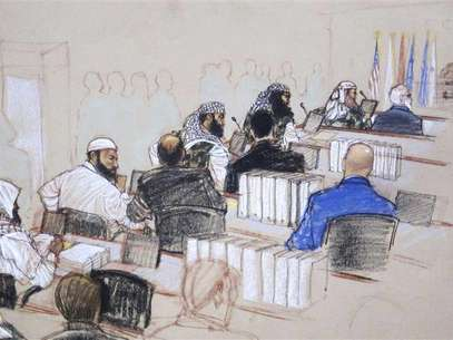 In this Pentagon-approved courtroom sketch, alleged 9/11 mastermind Khalid Sheikh Mohammad (L) confers with defense attorney Army Captain Jason Wright, after hearings convened for the day at the Guantanamo Bay U.S. Naval Base in Cuba February 11, 2013. Foto: MANDATORY CREDIT:Janet Hamlin / Reuters