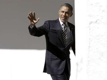 U.S. President Barack Obama waves to reporters as he walks through the colonnade of the White House in Washington February 12, 2013. Foto: Yuri Gripas / Reuters