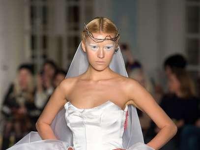 Modelos da grifeGyunel subiram à passarela com maquiagem branca Foto: Getty Images