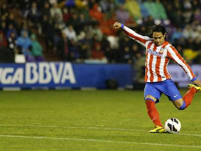 Atletico Madrid's Colombian forward Radamel Falcao kicks the ball during the Spanish league football match Real Valladolid CF vs Atletico de Madrid at Jose Zorilla stadium in Valladolid on February 17, 2012. Foto: Getty Images