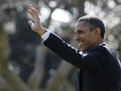 U.S. President Barack Obama waves to visitors as he departs for travel to Chicago and, eventually, a Presidents Day weekend visit in Florida, from the White House in Washington, February 15, 2013. Foto: Jonathan Ernst / Reuters