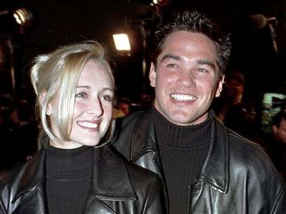 "Actor Dean Cain escorts his girlfriend, country music singer Mindy McCready, to the premiere of the new horror film ""Scream 2"" at Mann's Chinese Theatre in Hollywood, California in this December 10, 1997 file photograph. McCready has died aged 37 from an apparently self-inflicted gunshot wound, an Arkansas sheriff said on February 17, 2013. Foto: Fred Prouser / Reuters"