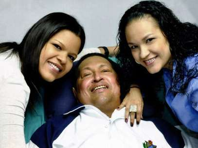 Venezuela's President Hugo Chavez smiles in between his daughters, Rosa Virginia (R) and Maria while recovering from cancer surgery in Havana in this photograph released by the Ministry of Information on February 15, 2013. Foto: Ministry of Information / Reuters