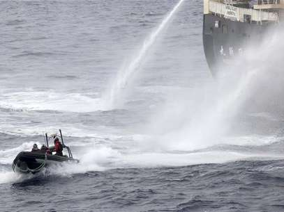 Japanese research vessel Nisshin Maru fires water cannons at the Sea Shepherd Delta boat in Mackenzie Bay, Antarctica in this handout picture taken on February 19, 2013 by Sea Shepherd Australia. Foto: Eliza Muirhead - Sea Shepherd Australia / Reuters