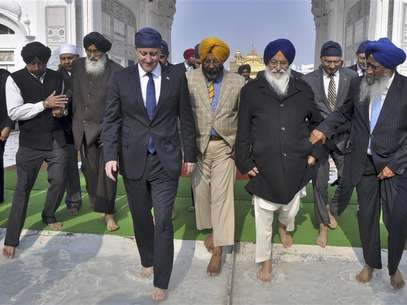 Britain's Prime Minister David Cameron (4th R) walks inside the premises of the holy Sikh shrine of Golden temple in the northern Indian city of Amritsar February 20, 2013. Foto: Munish Sharma / Reuters