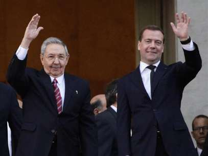 Russia's Prime Minister Dmitry Medvedev and Cuban President Raul Castro (L) wave at the entrance of the Revolution Palace in Havana, February 21, 2013. Foto: Desmond Boylan / Reuters