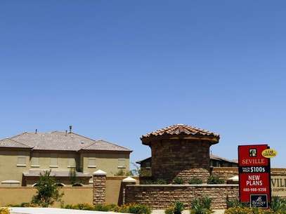 A sign advertising new homes starting at the price of $100,000 is displayed in Chandler Heights, Arizona June 2, 2011. Foto: Joshua Lott / Reuters