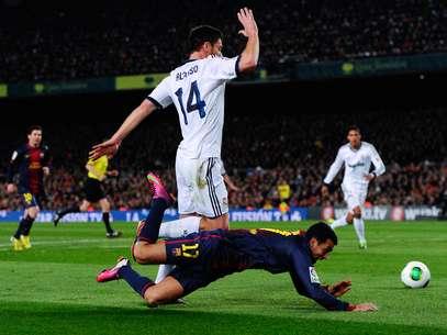 Catalães reclamaram de suposto pênalti de Xabi Alonso em Pedro Foto: Getty Images
