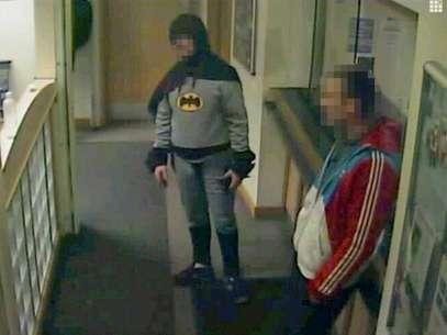 Aún se desconoce la identidad del misterioso hombre disfrazado de Batman, que se marchó sin revelar ningún dato personal. Foto: West Yorkshire Police via Reuters