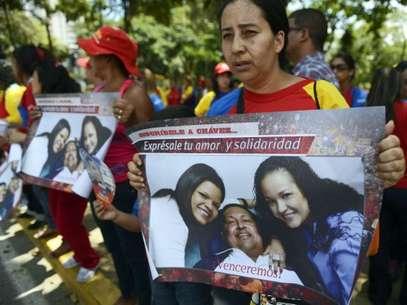 Adherente de Hugo Chávez frente al Hospital Militar Foto: AFP