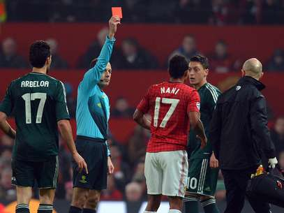 Cuneyt Cakir shows a red card to Nani. Foto: Getty Images