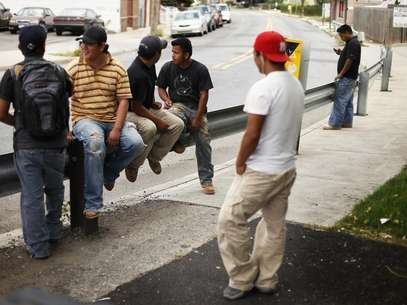 A group of immigrant day laborers stand near a street corner waiting for work in the Staten Island borough of New York August 3, 2010. Foto: Lucas Jackson / Reuters