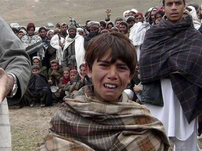 An Afghan boy cries during a funeral of members of his family in Logar province, March 27, 2013. Foto: Stringer / Reuters