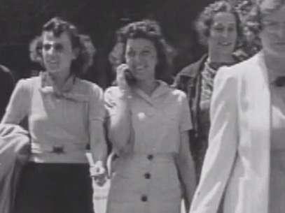 La mujer del video de 1938 hablando por una aparato móvil fue identificada como Gertrude Jones. Foto: YouTube