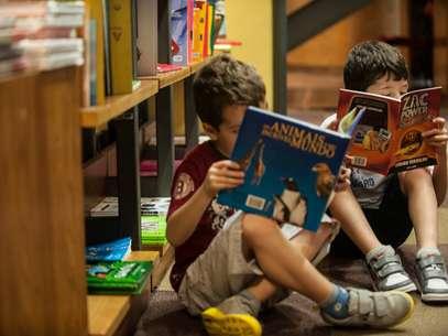 Crianças leem em livraria de São Paulo Foto: Marcelo Camargo / Agência Brasil