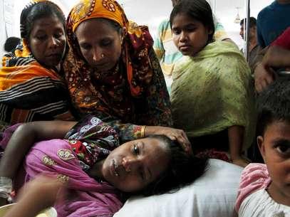 No hospital, Merina lembra o momento do desabamento ao lado das irmãs e da mãe Foto: AP