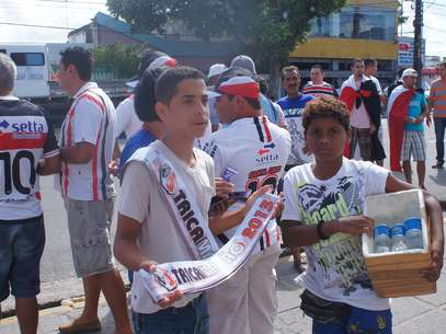 """Adolescentes já vendem faixas de """"tricampeão"""" para a torcida do Santa Cruz Foto: Eduardo Amorim / Brisa Comunicação e Arte - Especial para o Terra"""
