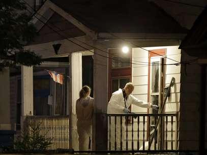 Investigadores passaram a noite na casa onde as mulheres foram encontradas Foto: AP