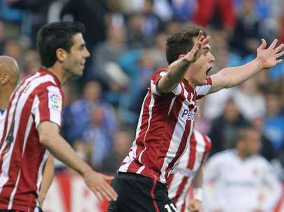 El delantero del Athletic de Bilbao Ibai Gmez (d) celebra su gol al Real Zaragoza durante un momento del encuentro de Liga disputado hoy en La Romareda.  Foto: EFE