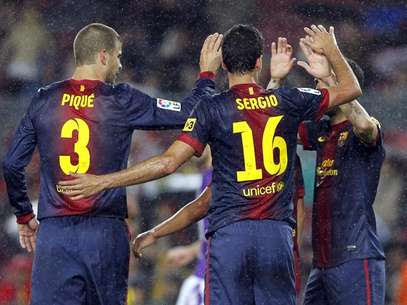 Los jugadores el Barcelona se felicitan tras el gol Foto: 