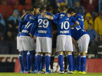 Cruz Azul players celebrate Christian Gimenez's goal which gave them a 1-0 win over America in the first leg of the Liga MX final. Foto: Mexsport