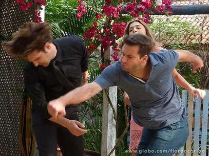 Cassiano não aguenta a provocação e bate em Alberto  Foto: TV Globo / Divulgação