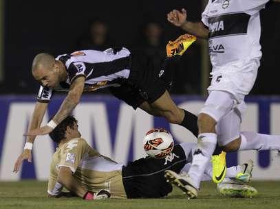 Tardelli teve duas grandes chances no primeiro tempo; em uma delas, foi travado pelo goleiro Martín Silva Foto: Reuters
