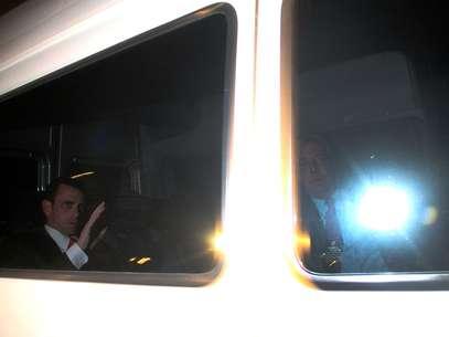 Capriles a bordo del vehículo que lotrasladó a la cena con Piñera. Foto: UPI