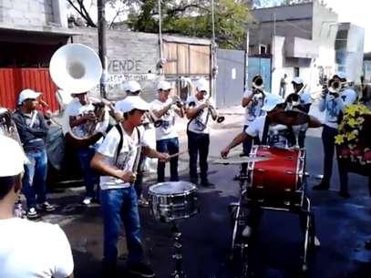 """Los músicos de """"La Devastadora Banda Imperial"""" Foto: YouTube / Reproducción"""