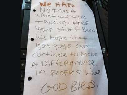 La nota en inglés que dejaron los ladrones al devolver todo Foto: Reproducción