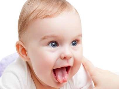 Bebês que mordem o bico do seio da mãe ao mamar, não conseguem colocar a língua para fora ou, quando colocam, ela está arredondada ou bifurcada. Esses são alguns sinais de que o recém-nascido pode ter a língua presa, que nada mais é do que o encurtamento do freio da língua Foto: Shutterstock